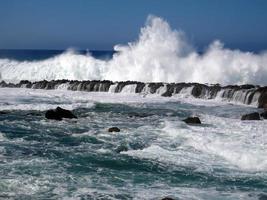 gran ola rompiendo foto