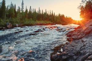 puesta de sol sobre el río foto