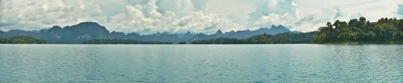 hermosas montañas y atracciones naturales en la presa de ratchaprapha