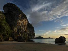 maravillosa puesta de sol en la playa en la playa de haad yao, tailandia