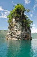 hermosa montaña rodeada de agua, atracciones naturales en r