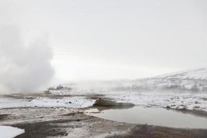 campos geotérmicos em haukadalur, islândia