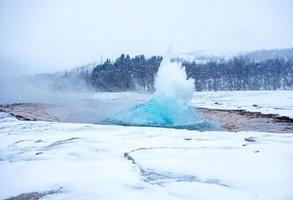gêiser em erupção