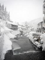 pueblo japonés de ginzan onsen en invierno