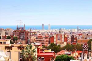 Vista panorámica de barcelona desde el parque guell, españa foto