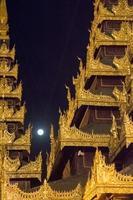 Arquitectura de myanmar en el monasterio foto