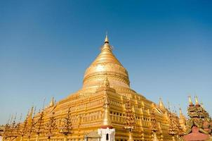 Sagrada Pagoda Shwezigon en el sitio arqueológico de Bagan. uno de cinco foto