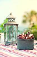 lámpara de Ramadán y fechas fruta bodegón foto