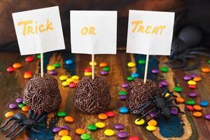dulces brigadeiro, bombones de chocolate para halloween, araña, web
