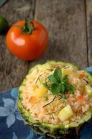 arroz frito con piña servido en fruta de piña