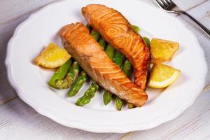 salmão e aspargos grelhados