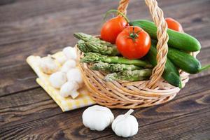 verduras frescas en una mesa de madera foto