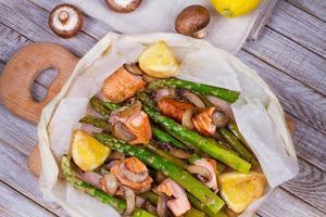 salmão selvagem, aspargos e cogumelos em pergaminho