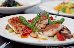 filete de pescado con champiñones y espárragos foto