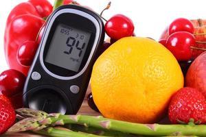 glucómetro con frutas y verduras, nutrición saludable, diabetes foto