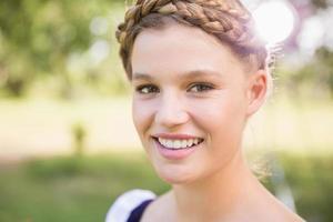garota muito oktoberfest sorrindo para a câmera