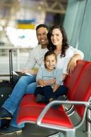 joven familia esperando el vuelo