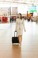 joven india va en viaje de negocios