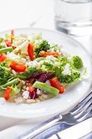 Salat mit Brokkoli, grünen Bohnen, Pfeffer, Ziegenkäse und Gerste