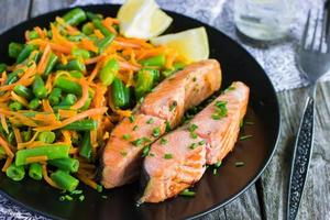 salmon with green beans and carrot