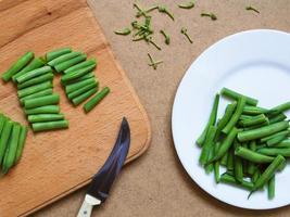 judías verdes en un plato blanco foto