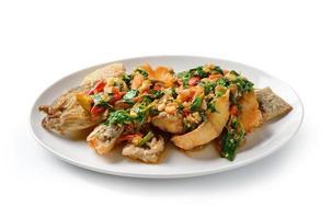 Pescado frito con chile y especias, deliciosa comida al estilo de Tailandia foto