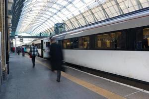 Desenfoque de movimiento de personas en la estación de tren de hora punta, Londres, Reino Unido