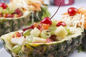 cerrar ensalada de frutas foto
