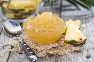 tigela pequena com geléia de abacaxi