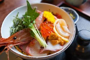 sashimi de comida japonesa en el arroz foto