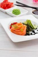 sashimi de salmón con especias salsa de soja y palillos foto