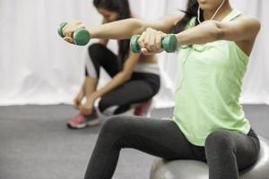 mujer levantar peso mientras está sentado