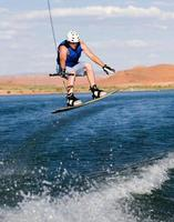 homem wakeboard no lago powell