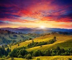 paisaje soleado de montaña