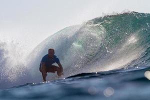 surfeando una ola. isla de Bali. Indonesia.