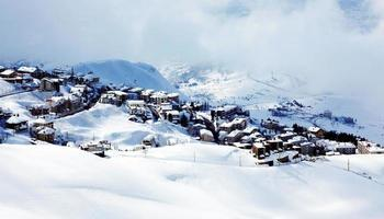 paisaje de pueblo de montaña de invierno