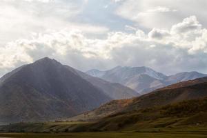 paisaje de otoño en las montañas foto