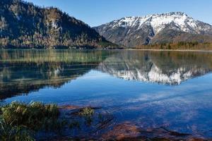 paesaggio con il lago di montagna