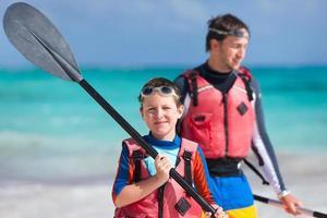 padre e hijo en kayak