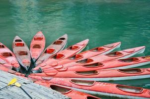 kayaks rojos en el mar, la bahía de halong, vietnam