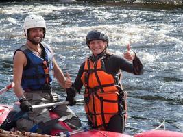 pareja casada vestida con chalecos salvavidas y cascos