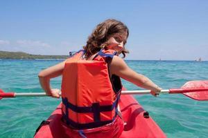 chica en kayak en el mar
