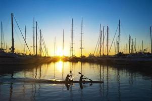 botes de remos al amanecer foto