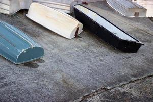 kleine metalen boten of sloepen die op een betonnen oprit werden getrokken