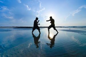 luchando contra un enemigo cerca de la playa