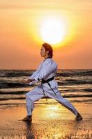 entrenamiento de artes marciales en la playa foto