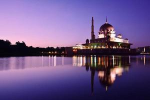 Putra Moschee, Putrajaya, Malaysia vor Sonnenaufgang.