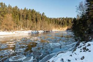 rio congelado no inverno