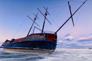 Paisaje invernal con un naufragio. foto
