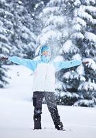 excursionista en el bosque de invierno